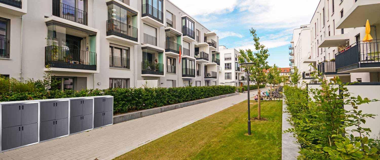 Neue moderne Mehrfamilienhäuser in der Stadt mit dynamischer Mehrfachnutzung