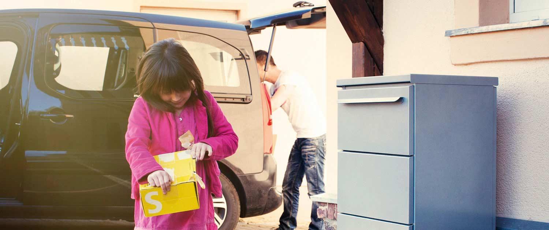 Mädchen reißt Paket auf