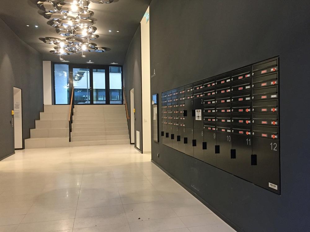 Brief- und Paketboxen in der Lobby