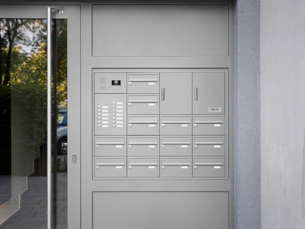 Brief- und Paketboxen vor der Haustür